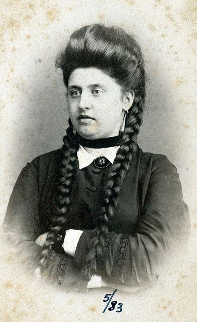 Jaunos moters ilgomis kasomis portretas