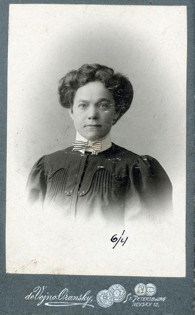 Moters su dryžuota varlike portretas