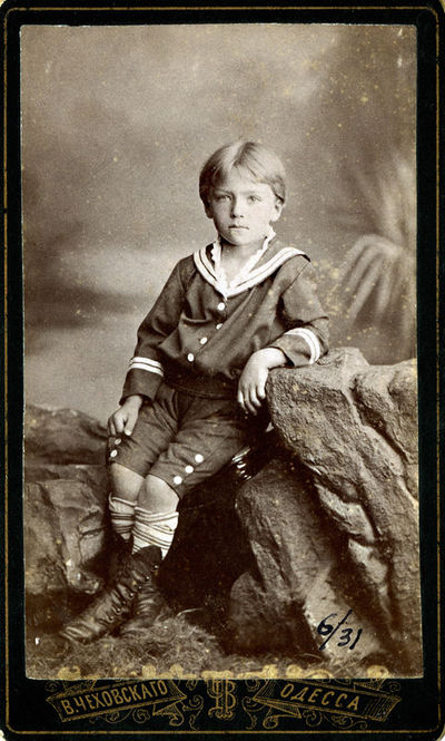 Berniuko jūreiviško stiliaus rūbais portretas