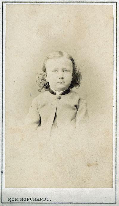 Vaiko ilgais garbanotais plaukais portretas