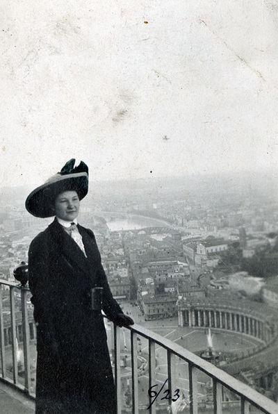 Moteris, stovinti apžvalgos aikštelėje priešais Šv. Petro aikštę Vatikane