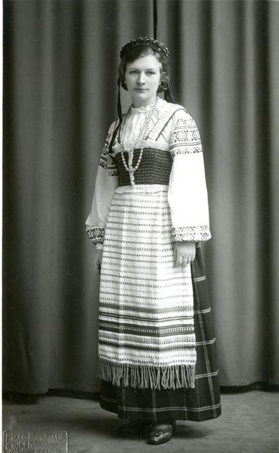 Klaipėdietė tautiniais drabužiais