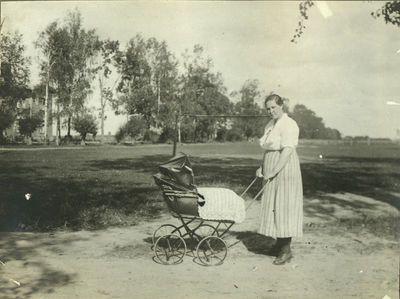 Marija Končienė su vežimėliu, kairėje už medžių gyv. namas (dab. D. Rudzinsko g.)