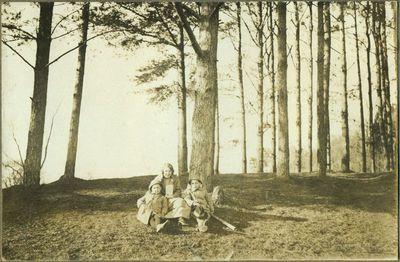 M. Končienė su 2 vaikais ant Zubriuko kalvos