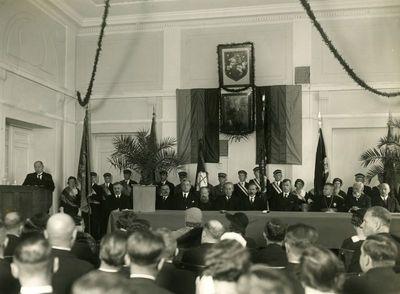 Žemės ūkio akademijos dešimtmečio šventė. Prezidiume – prezidentas Antanas Smetona (6-as iš kairės), kalba rektorius V. Vilkaitis
