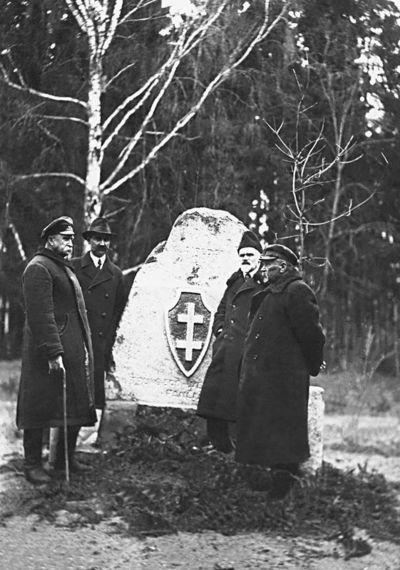Pirmasis rektorius prof. P. Matulionis (antras iš dešinės) su miškininkais doc. Rukuiža,  F. Janavičiumi ir J. Kareiva Dotnuvos parke prie Klaipėdos išvadavimo paminklo