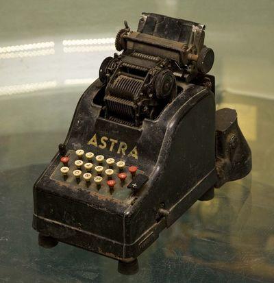 """Elektroninė skaičiavimo mašina """"Astra"""""""