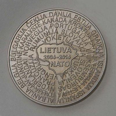 Atminimo ženklas. 2014 m. laidos apyvartinių monetų numizmatinio rinkinio, skirto Lietuvos įstojimo į ES ir NATO 10-mečiui. Lietuva