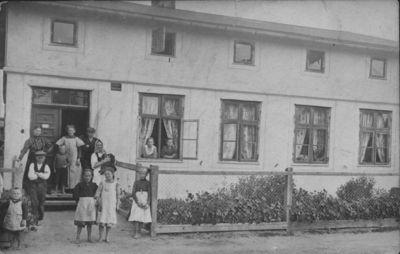 Klaipėdos Smeltės priemiesčio gyventojai prie gyvenamojo namo