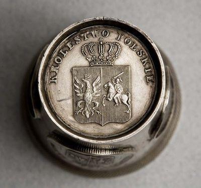 Taurelė su 1831 m. sukilimo Lenkijoje ir Lietuvoje monetomis (3 ir 10 lenkiškų grašių, 2 ir 5 lenkiški zlotai ir dukatas). Lenkija
