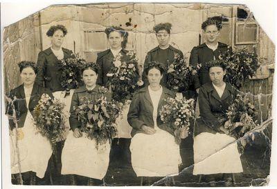 Moterys su gėlėmis