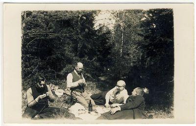 Kunigas Matas Šermukšnis su draugais iškyloje