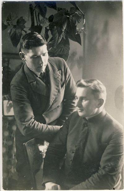 Kunigas Matas Šermukšnis su draugu Saločiuose