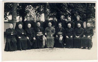 Panevėžio vyskupas Kazimieras Paltarokas su kunigais Subačiuje