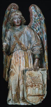 Escultura de vulto em calcário policromado, representando um Anjo Custódio. Apresenta-se com grandes asas, vestindo uma túnica com gola e punhos bordados, cingida na cintura por um fino cordão; sobre a túnica tem uma faixa (uma espécie de estola) cruzada. Tem cabelos ondulados, cingidos por um diadema que ostenta no meio da cabeça uma jóia. Na mão direita empunha uma espada, segurando com a esquerda um escudo com representação em baixo-relevo de miniatura de uma igreja manuelina; o escudo é de...