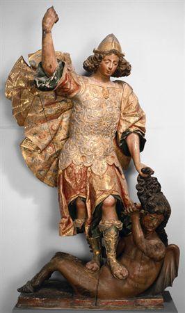 Escultura de vulto em madeira policromada e estofada, representando São Miguel Arcanjo triunfante sobre uma diaba. S. Miguel apresenta-se jovem, vestido de guerreiro, com uma capa abundante e ondulada, e com uma forte cabeleira. Tem os pés sobre o ventre da diaba, segurando-a pelos cabelos, com a mão esquerda. Na mão direita, erguida, deveria possuir uma lança.