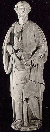 Escultura de vulto perfeito, em calcário, representando São Pedro. Apresenta-se em pé, com cabelo encaracolado, ligeira calvíce na fronte e barba curta e bifurcada; o rosto define-se por olhos rasgados, nariz afilado, lábios finos e boca entreaberta, deixando ver os dentes. Veste túnica longa, abotoada no peito e presa por cinto de couro com fivela; tem um manto pelos ombros, trespassado na frente, e calça sandálias. Segura na mão esquerda um livro entreaberto pelos dedos e na direita uma chave....