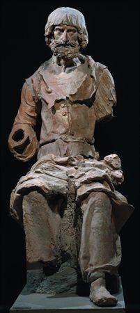 Escultura de vulto de um grupo escultórico não agregado, em barro cozido, representando a figura de um Apóstolo, sedente, pertencente a uma Última Ceia. Apresenta a cabeça inclinada para baixo com rosto marcado por malares salientes, nariz adunco, sobrancelhas fortes, barba curta e encaracolada, cabelo liso, com franja caindo dos lados em cachos. Veste túnica de mangas largas, com grande decote, abotoada e presa na cintura, com pregas agrupadas sobre as pernas. Está descalço, com a perna e pé es...
