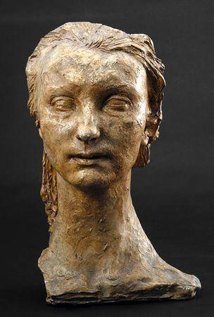 Busto de mulher com o cabelo grande penteado para trás, de rosto largo sugerido em superfície texturada e com um pescoço invulgarmente elevado. O busto está seccionado na clavícula direita.