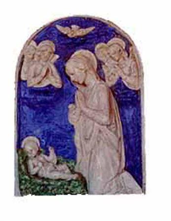 Alto-Relevo de cerâmica, à maneira de Andrea della Robia, representando uma Natividade de cor branca sobre fundo azul. A virgem, alva e pueril, apresenta-se com mãos justapostas e manto envolvendo o corpo. Encontra-se ajoelhada junto a manjedoura verde onde repousa o Menino alvo. O Messias possui manto envolvendo o corpo e o braço esquerdo flectido. A coroar a composição e ladeando a virgem apresentam-se quatro anjos, dois de cada lado, com mãos justapostas em oração. Todas as personagens antrop...