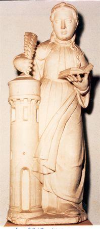 Escultura de calcário brando, estilo Renascença, representando Santa Bárbara com lenço, preso por aplique circular, sobre cabelos longos e ondulados. Uma madeixa farta cai suavemente sobre o ombro esquerdo, dando um toque de dinamismo à túnica roçagante. Esta encontra-se presa por cinto e envolta, na parte posterior e anterior, por manto colocado sobre o ombro direito e seguro pelo braço esquerdo. Possui pregas sobrepostas formando uma diagonal, cujas pontas estão adossadas a torre, na qual a Sa...