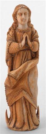 Escultura de marfim representando Nossa Senhora da Conceição, com cabelos longos e ondulados caindo sobre as costas e ombros. A face delicada possui olhos incisos, nariz proeminente e lábios finos. Traja túnica roçagante, de decote redondo, que se encontra presa por cinto e possui pregas incisas profundamente. Apresenta manto orlado com ornatos em forma de serrilha, colocado sobre as costas e que cai do lado esquerdo em pregas sobrepostas, sendo em forma de V invertido na parte anterior. A figu...