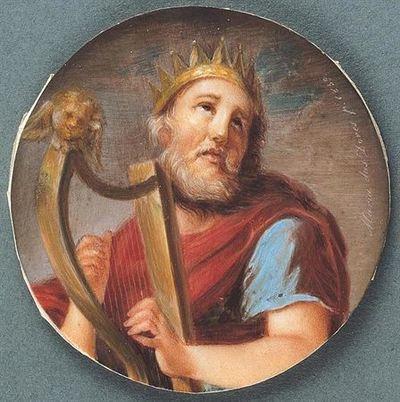Rei David, representado a meio corpo, com olhar alteado, cabelo e barba grisalhos, ostentando coroa raiada na cabeça. O rei de Jerusalém, trajando túnica azul e manto vermelho, toca música numa lira ornamentada com querubim dourado.