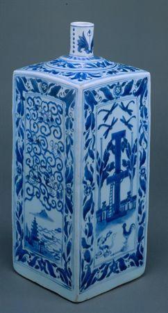 """Garrafa em porcelana decorada a azul e branco, com base quadrada. As faces da peça são rectangulares com as superfícies irregulares e o topo levemente arqueado. O gargalo cilíndrico, de pequenas dimensões, assenta sobre o ombro ligeiramente convexo. Este apresenta dois ressaltos.  A garrafa foi moldada numa porcelana espessa, compacta e de elevada densidade. Do exterior, observa-se ao longo das arestas a """"costura"""" formada pelos quatro tacelos de porcelana das paredes. A peça é revestida de vidr..."""