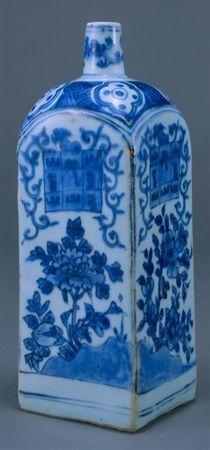 Garrafa quadrangular de porcelana azul e branca. No ombro, em molde de cúpula, assenta o gargalo cilíndrico e estreito, havendo indícios de ter existido uma peça em porcelana para o tapar. A secção quadrada da garrafa apresenta paredes rectangulares e foi executada em porcelana branca, espessa e de grande densidade, posteriormente revestida de vidrado colorido com azul de cobalto, com excepção da base que é plana e apresenta a pasta cerâmica em chacota.  A decoração do gargalo apresenta dois ca...