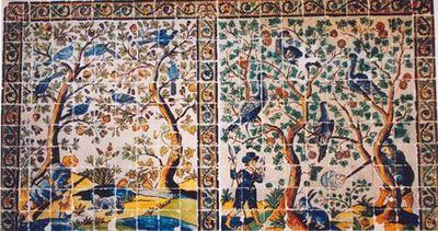Painel de azulejos (11x20) policromo nas cores azul, amarelo, verde, ocre e maganês. Dupla cena de caça, figurando na da esquerda um caçador acompanhado de um cão, agachado junto a uma árvore onde pousam aves. Compõe ainda a cena, outra árvore cujos ramos se confundem com a anterior. Aos pés desta, um pássaro caído, do mesmo tipo dos que se encontram empoleirados em ambas as árvores. Na cena da direita, um caçador apoiado em árvore onde pousam dois pavões, dispara sobre um coelho. À esquerda f...