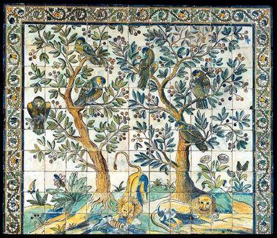 Painel de azulejos isolado (11x13) polícromo nas cores azul, amarelo, verde, ocre e maganês. Representa uma cena campestre composta de árvores com folhas e frutos e animais. Nos ramos das árvores repousam aves exóticas observando a cena que se desenrola na parte inferior, constituída por um par de leões, um deles esfolando um animal de caça. O cenário é completado por ramos floridos e arbustros. Limitado em cima e lateralmente por cercadura de ramos espinhosos ondulantes que terminam em flore...