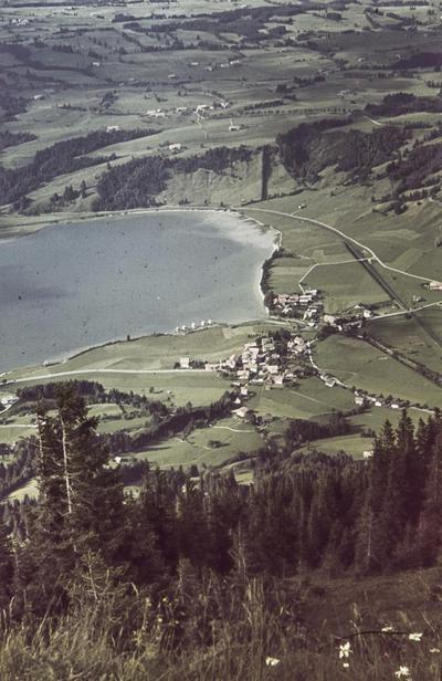 [Vista de una localidad junto a un lago]