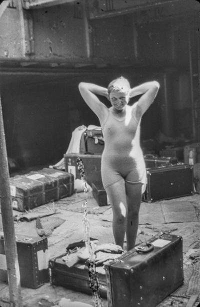 [Primer plano de una mujer en bañador junto a sus maletas en el barco Baden que trasladó desde España a Alemania a los refugiados alemanes tras el estallido de la Guerra Civil]