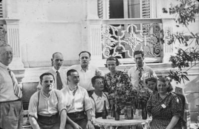 [Grupo de personas entorno a una mesa en los jardines de la Embajada Alemana de Madrid esperando a ser evacuados a Alemania tras el estallido de la Guerra Civil]