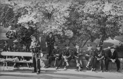 [Vista de militares sentados a la sombra en la Embajada Alemana de Madrid]