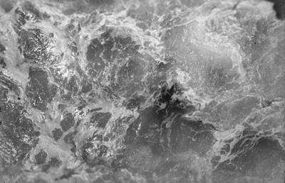 [Primer plano del mar desde un barco]