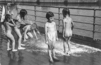 [Rodolfo, hijo del fotógrafo, junto a un grupo de niñas mojándose en la cubierta del barco Baden, que los traslada desde España hasta Alemania tras el estallido de la Guerra Civil]