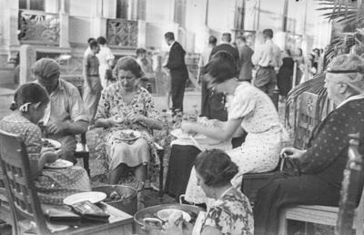 [Primer plano de mujeres pelando patadas en los jardines de la Embajada Alemana de Madrid refugiadas tras el estallido de la Guerra Civil]