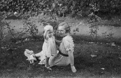 [Primer plano de una mujer con una niña en los jardines de la Embajada Alemana de Madrid tras la evacuación por el estallido de la Guerra Civil]