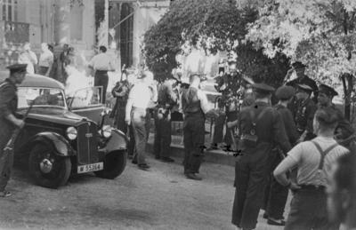 [Vista de soldados en la entrada de la Embajada Alemana de Madrid tras el estallido de la Guerra Civil]