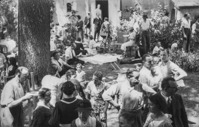 [Grupo de personas en los jardines de la Embajada Alemana de Madrid tras ser evacuados por el estallido de la Guerra Civil]