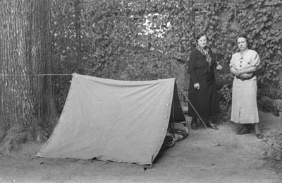 [Margarita, esposa del fotógrafo, y otra mujer junto a una tienda de campaña en los jardines de la Embajada Alemana de Madrid tras el estallido de la Guerra Civil]