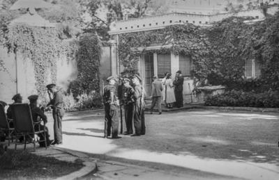 [Militares junto a civiles en los jardines de la Embajada Alemana de Madrid tras el estallido de la Guerra Civil]