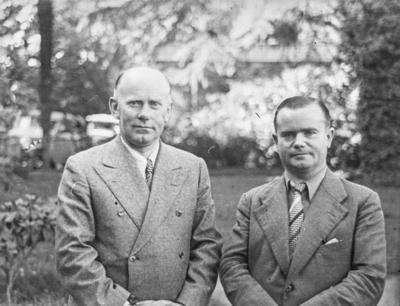 [Primer plano de medio cuerpo de dos hombres trajeados en los jardines de la Embajada Alemana de Madrid tras el estallido de la Guerra Civil]