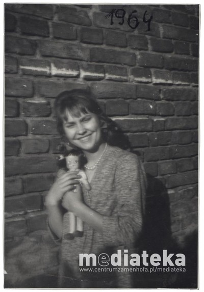 Kobieta z lalką, ul. Starobojarska 5, Białystok, 1964 r.