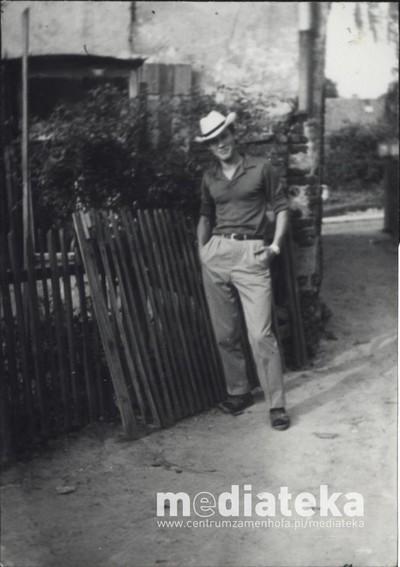 Mężczyzna przed domem, ul. Starobojarska 5, Białystok, lata 60. XX w.