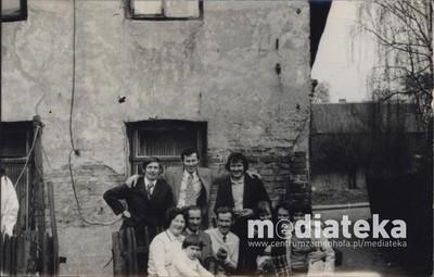 Zdjęcie rodzinne Ulmanów przed domem, ul. Starobojarska 5, Białystok, lata 60. XX w.