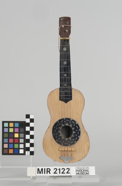 Spielzeug Ukulele in Gitarrenform