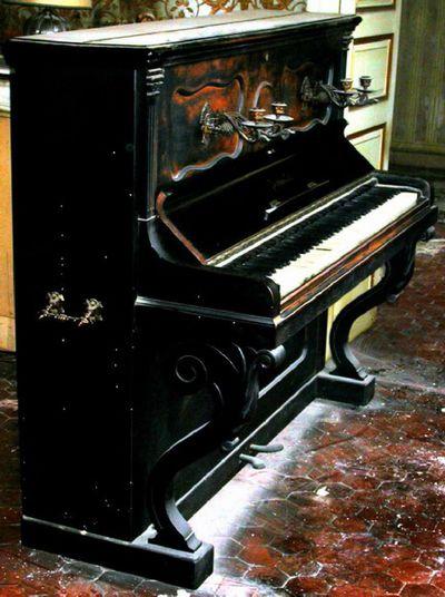 Piano droit et son tabouret