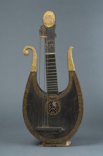 Lyre-guitare théorbée